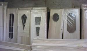 Деревянные двери ждут на складе своих покупателей